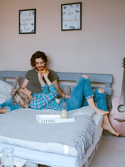 Quarantäne Paar Beziehung Bett Schlafzimmer