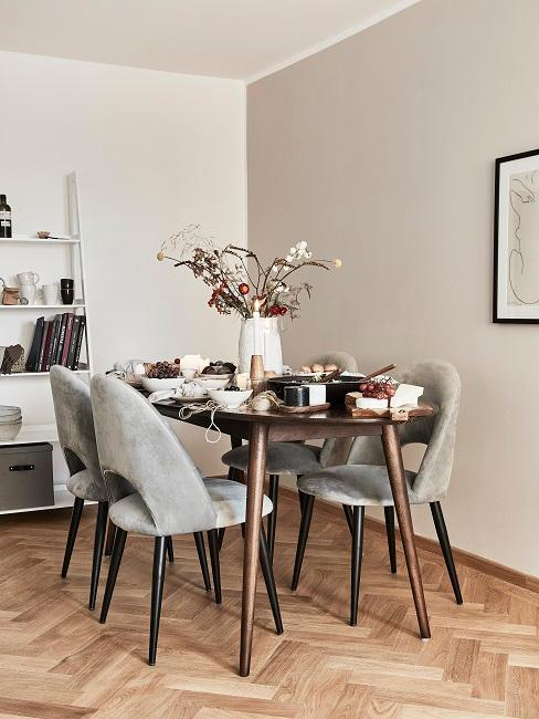Wandfarbe Beige in Esszimmer mit grauen Stühlen und dunklem Holztisch