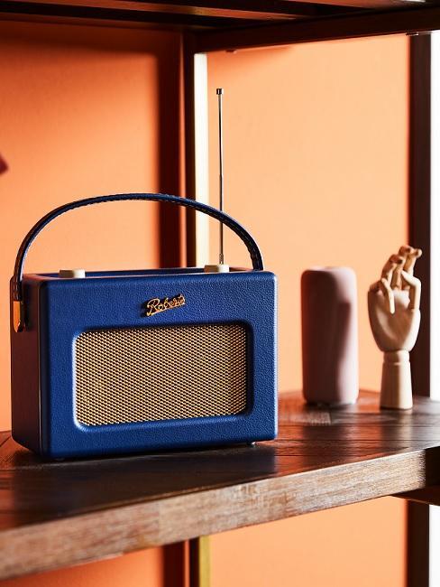Vintage Deko blaues Radio im Regal