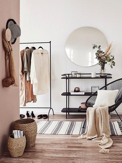 Beigefarbene Wand im Flur mit schwarzen Möbeln und weißen Textilien