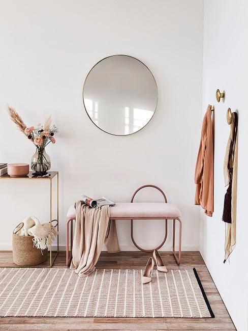 Wandfarbe in hellem Sand im Flur mit Spiegel, Sitzbank und goldener Konsole
