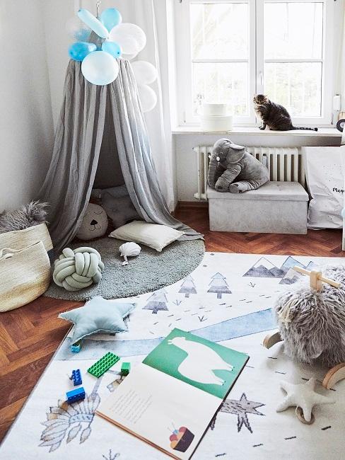 Kinderzimmer für Jungen in Grau und Weiß mit Baldachin, Teppich und Spielzeug