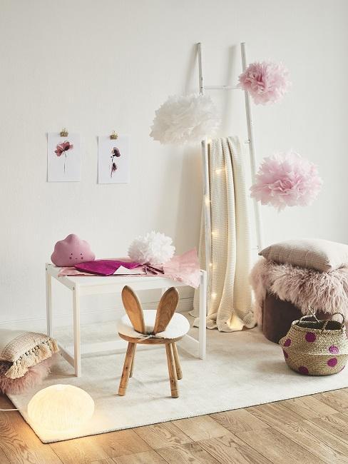 Kinderzimmer einrichten für Mädchen mit Hasen-Stuhl, Wolkendeko und Lichterkette