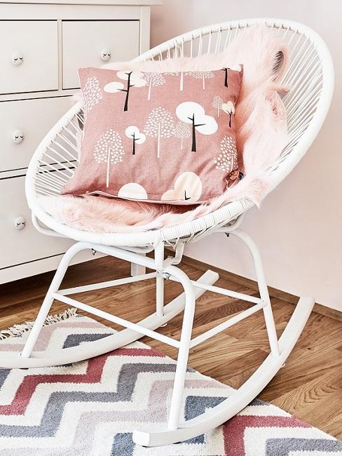 Weißer Kindersessel mit rosafarbenem Kissen