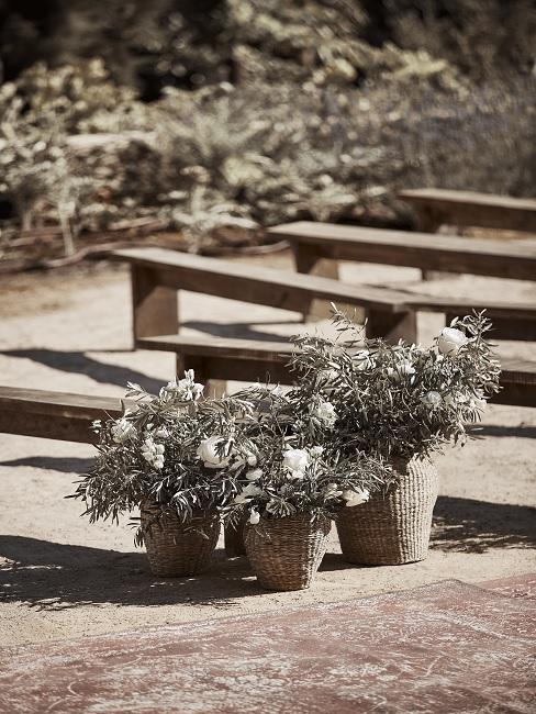 Blumenarrangements auf Hochzeit am Boden