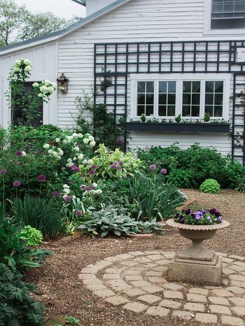 Vorgartengestaltung Blumen Kies Pflaster
