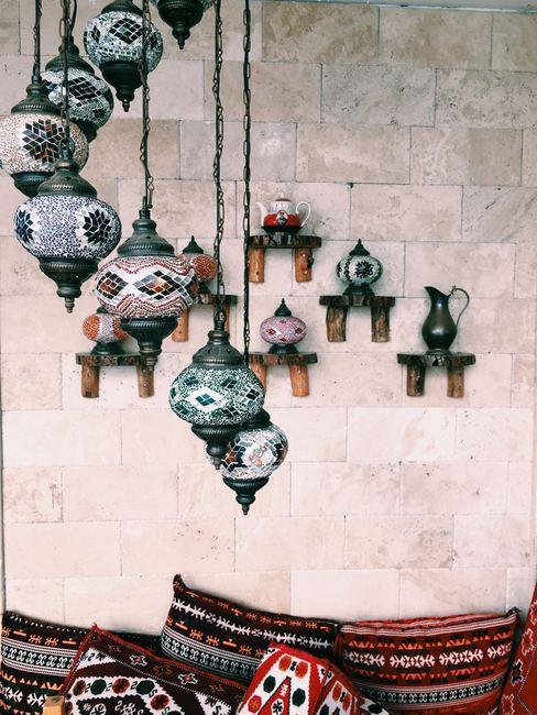 Pared con jarrones colgados del techo con motivos decorativos étnicos