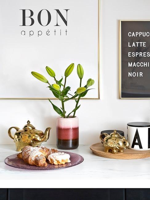 decoración de cocina con pósters y una planta
