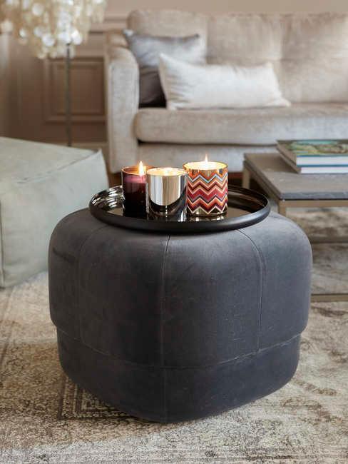 Puf redondo en gris oscuro con velas de colores