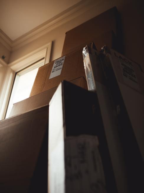 Cajas para mudanza apiladas contra una pared