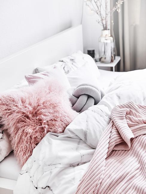 Cama con funda nórdica de 150x220 estmpado de mármol y deco rosa
