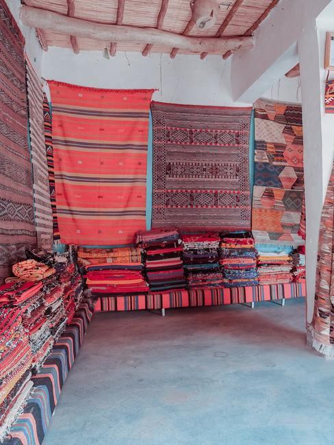 Sala decorada con alfombras orientales en tonos rojos o burdeos