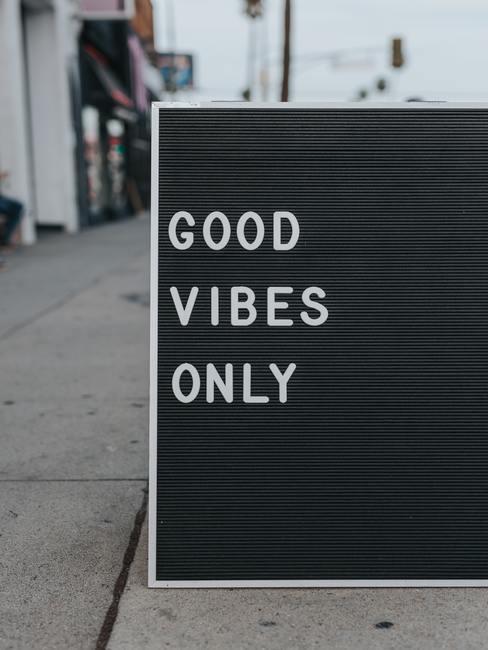 Cartel negro con letras blancas que pone Good vibes only