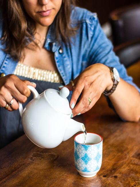Chica sirviéndose una taza de te