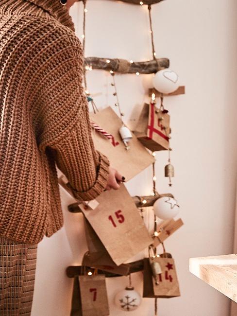 escalera con luces navideñas y regalos caseros