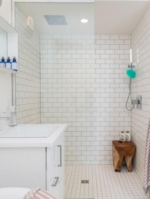 ducha en el baño con azulejos