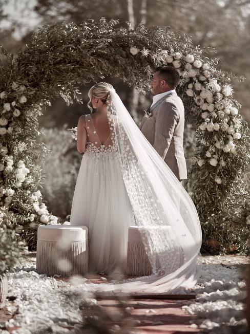 Mariés de dos devant autel dehors