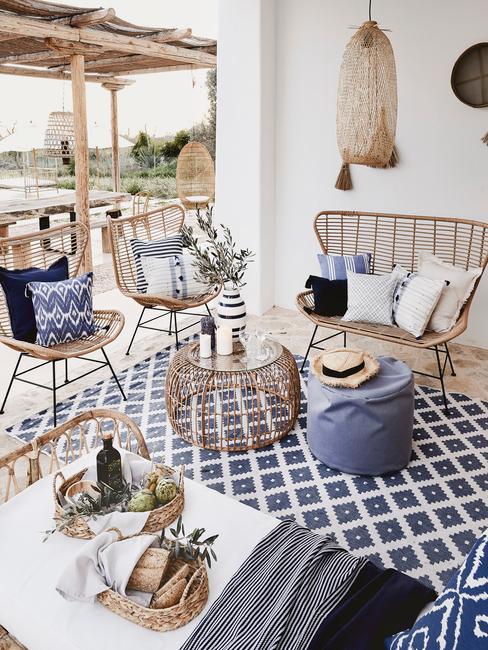 terrasse décoration osier et tapis bleu