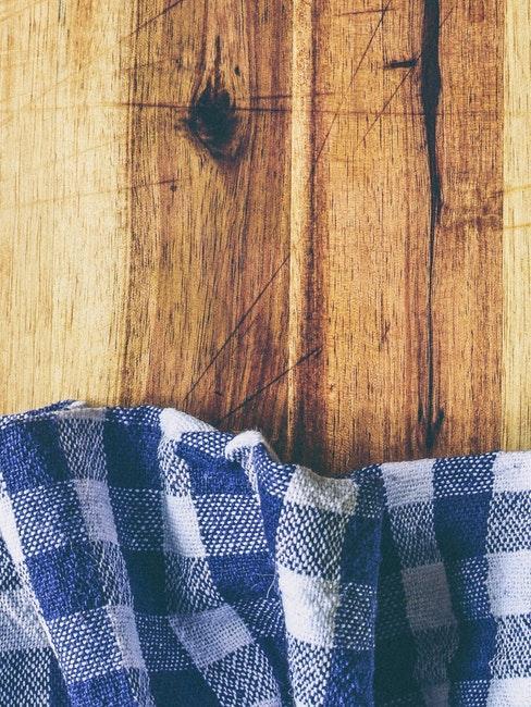Table en bois massif et nappe en tartan bleu et blanc