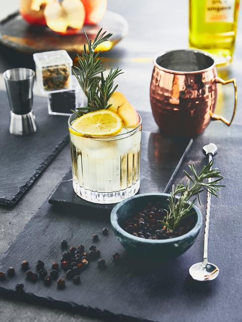 Dettaglio cocktail party con gin tonic