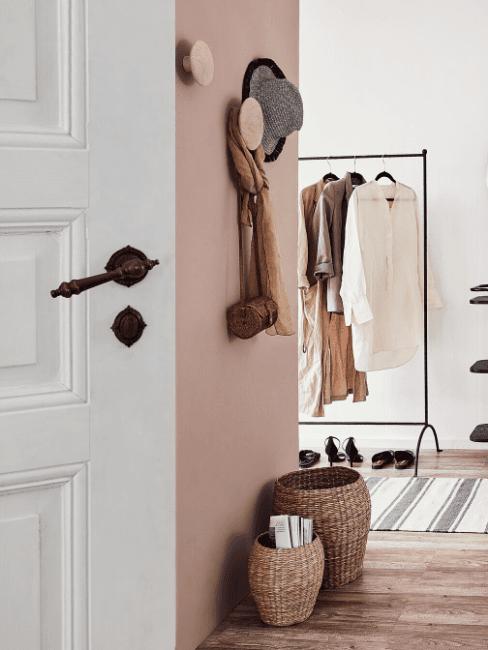 Ingresso corridoio con parete rosa e appendiabiti