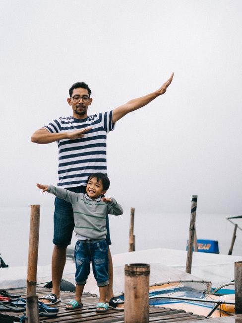 papà e figlio che giocano