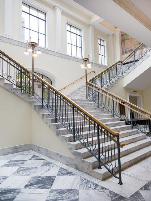 Marmere trap in historisch gebouw
