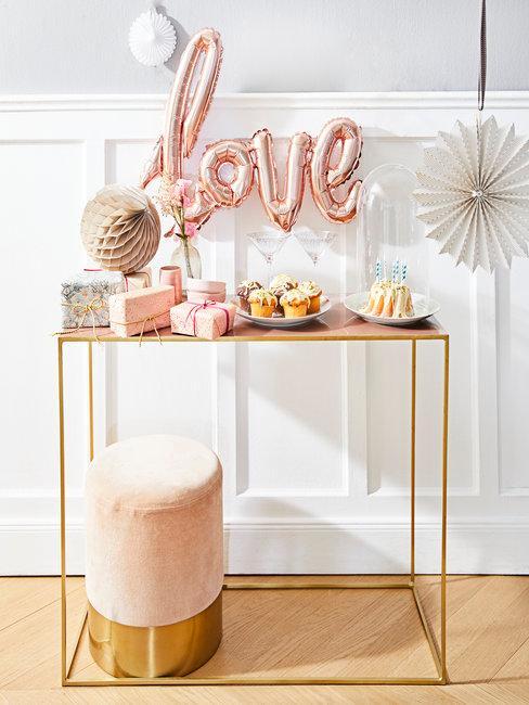 LOVE ballon met sitetable gebak en cadeaus