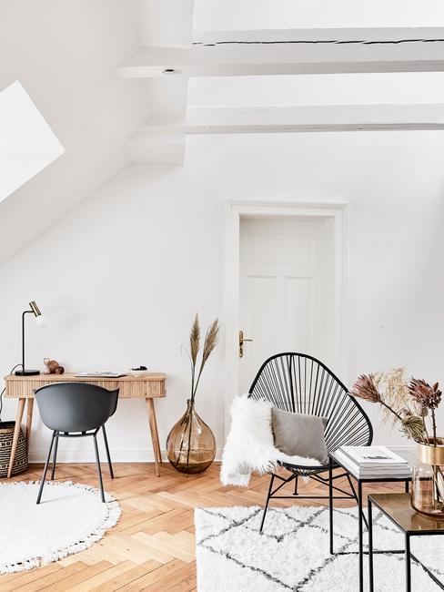 Salon z domowym biurem na poddaszu