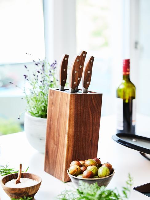 Zbliżenie na blat kuchenny z drewnianym stojakiem na noże