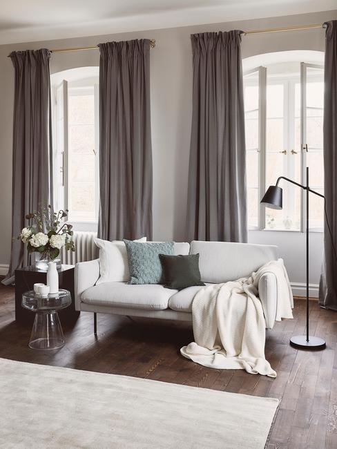 Nowoczesna kanapa w monochromatycznym salonie