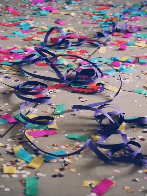 Konfetti oraz kolorowe wstązki na podłodze