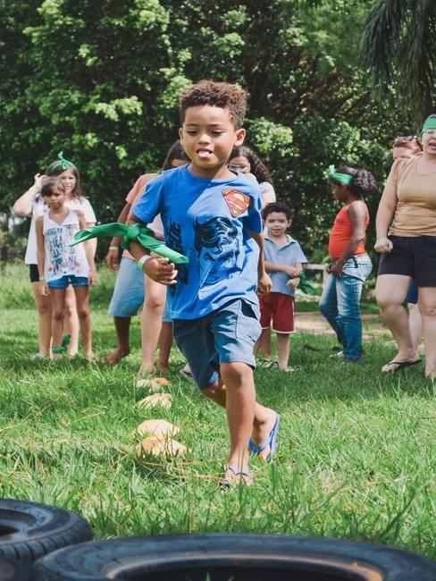 Chłopiec bawiący się na trawie