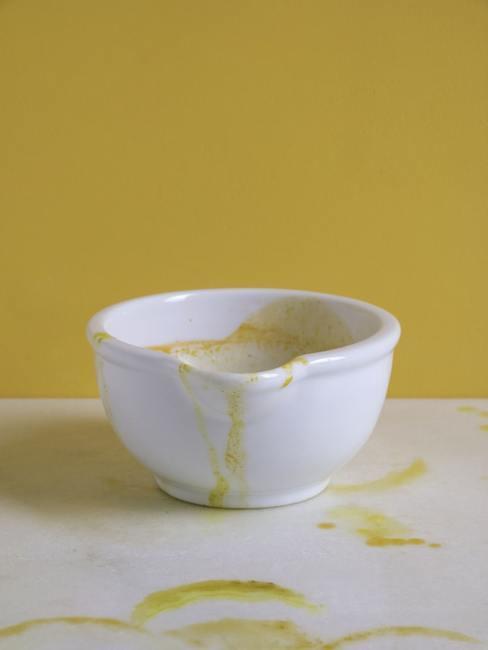 Biała miska postawiona na białym blacie