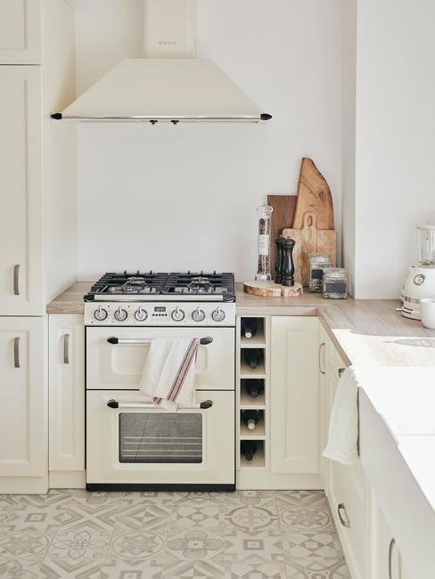 Kuchnia w kremowym odcieniu z drewnianymi akcesoriami