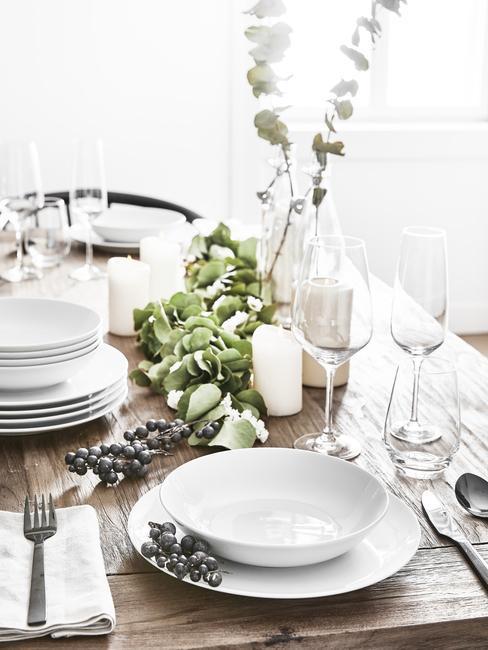 Biała dekoracja stołu weselnego z elementami szałwiowej zieleni