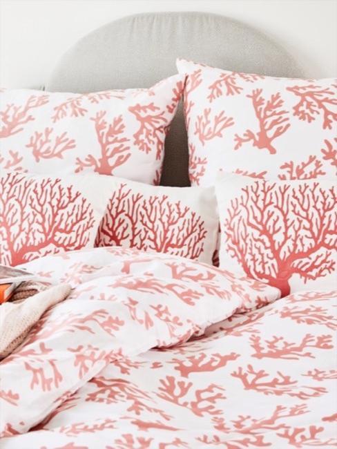 Bettwäsche mit Korallenmuster in der Farbe Living Coral