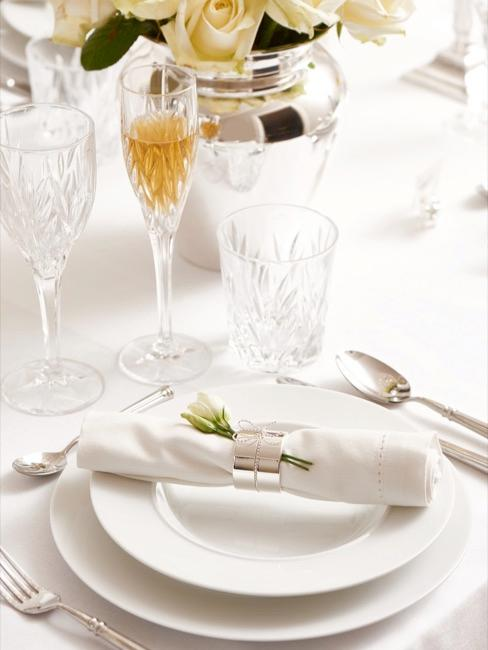 Weiße Tischdekoration zur Kommunion