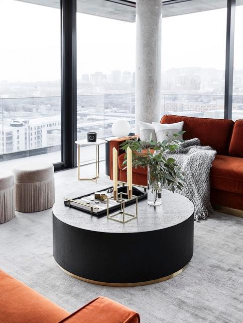salón moderno de Delia Fischer con ventanas grandes