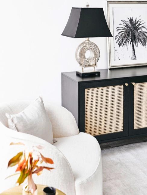 salón con cómoda negra y lámpara asiática con pantalla negra