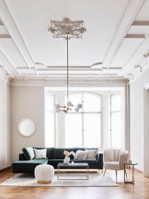 Salon z designerskimi meblami i piękną lampą wiszącą