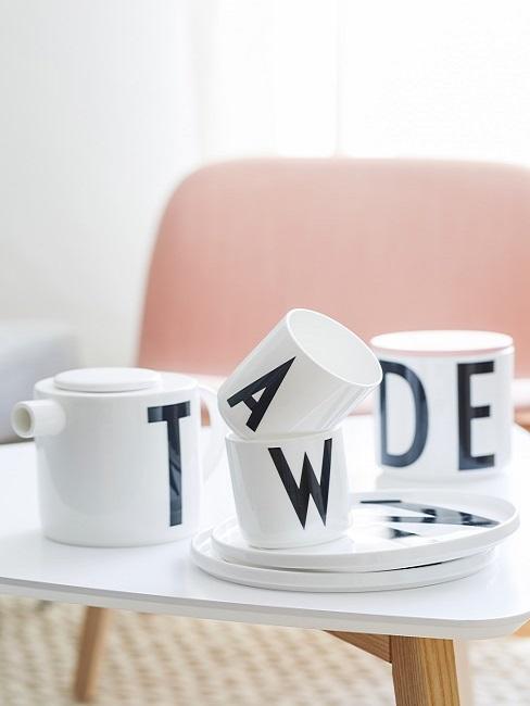 Designer Tassen auf einem Beistelltisch im Wohnbereich