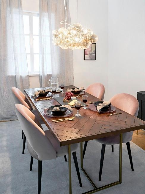 mesa de comedor con una lámpara de diseño