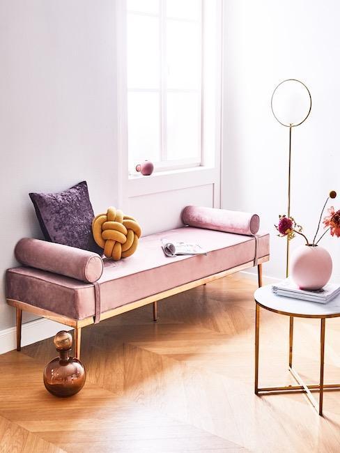 Knotenkissen in Senfgelb auf rosa Daybed