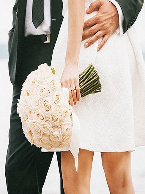 Nahaufnahme eines Brautpaares mit Brautstrauß
