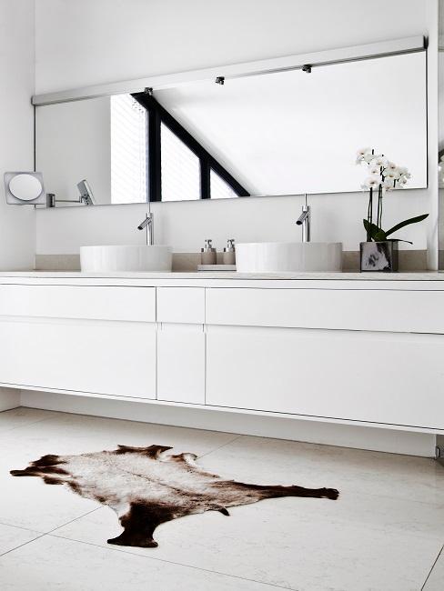 Weißes Bad mit zwei Waschbecken