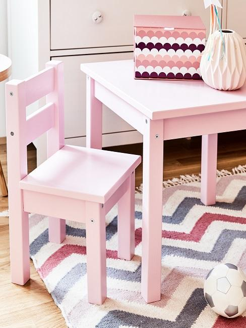 Rosa Stuhl und Tisch im Kinderzimmer