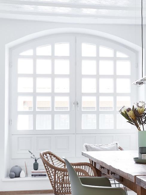 Fenster richtig putzen Tisch und Stuhl