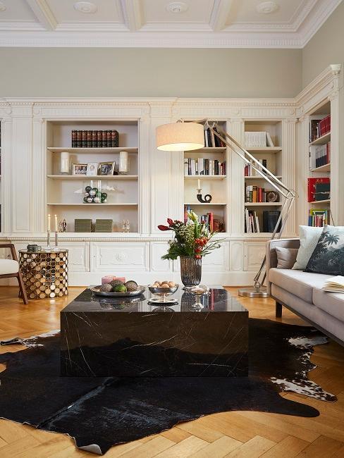 Großes Wohnzimmer mit Bücherwand