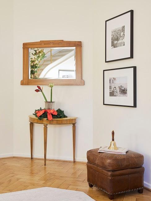 Eingangsbereich von Tamara Gräfin von Nayhauß mit einer Konsole mit Weihnachtsdeko, darüber ein passender Spiegel aus Holz